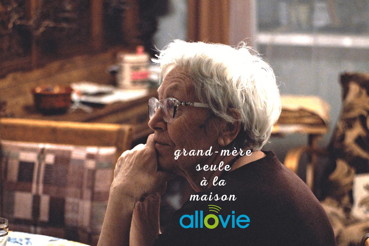 Grand-mère est seule à la maison